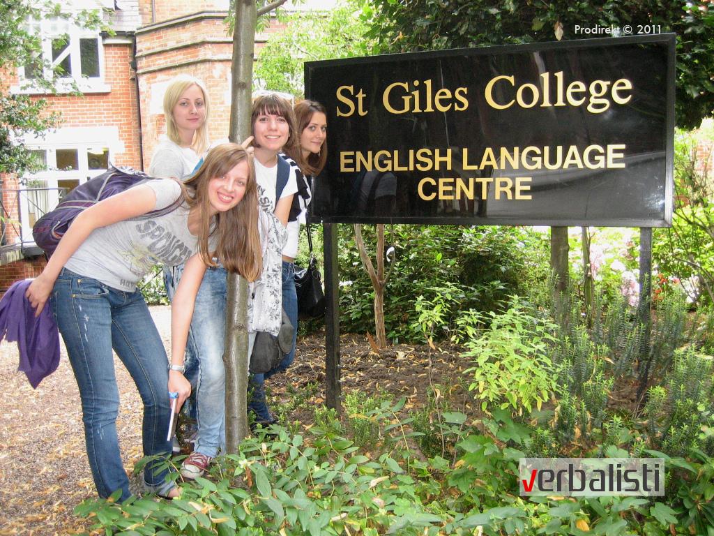 Verbalisti polaznici ispred koledža St. Giles u Londonu