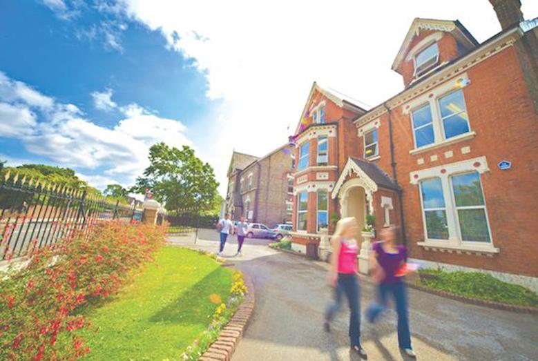Kings koledz se nalazi u Bekenemu, mirnom i bezbednom predgrađu Londona, okružen parkovima i vilama