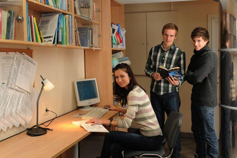 Polaznici u čitaonici škole