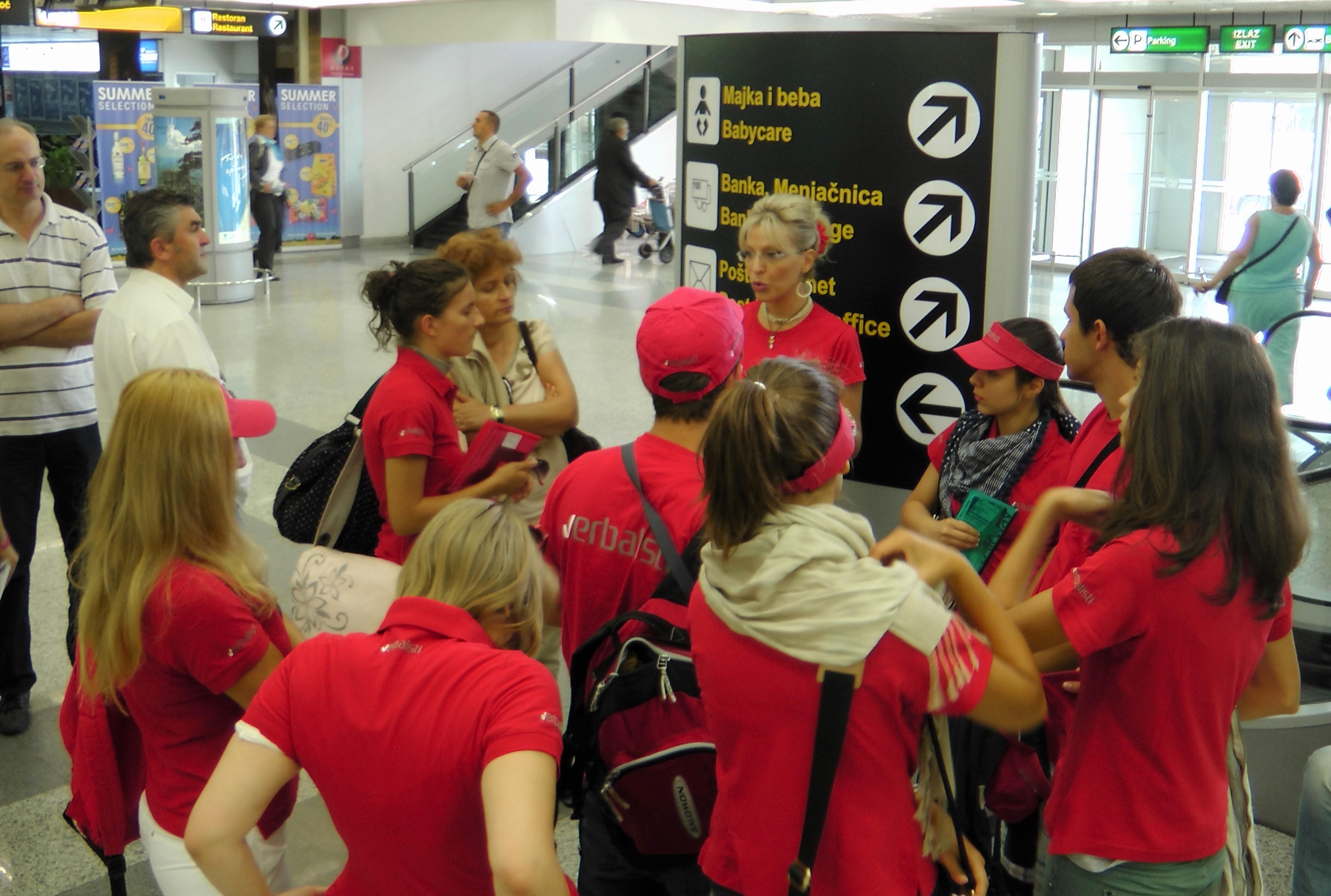 Učenici letnje škole jezika verbalista na aerodromu sa pratiocem grupe