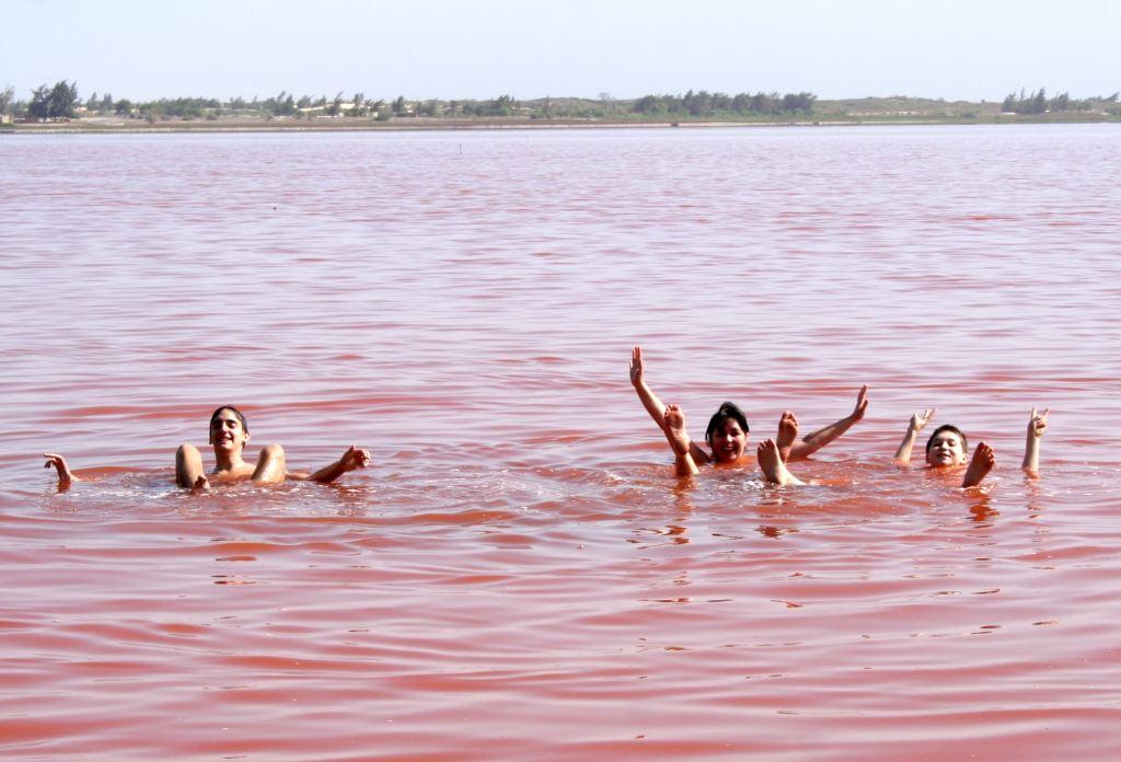 Plutanje po površini jezera Letba u Senegalu