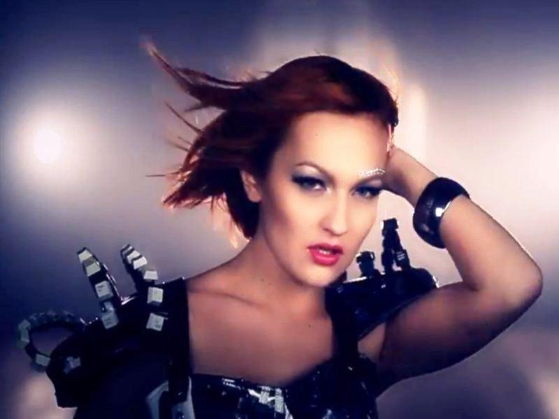 Slovenska pevačica April i pesma My FB Song