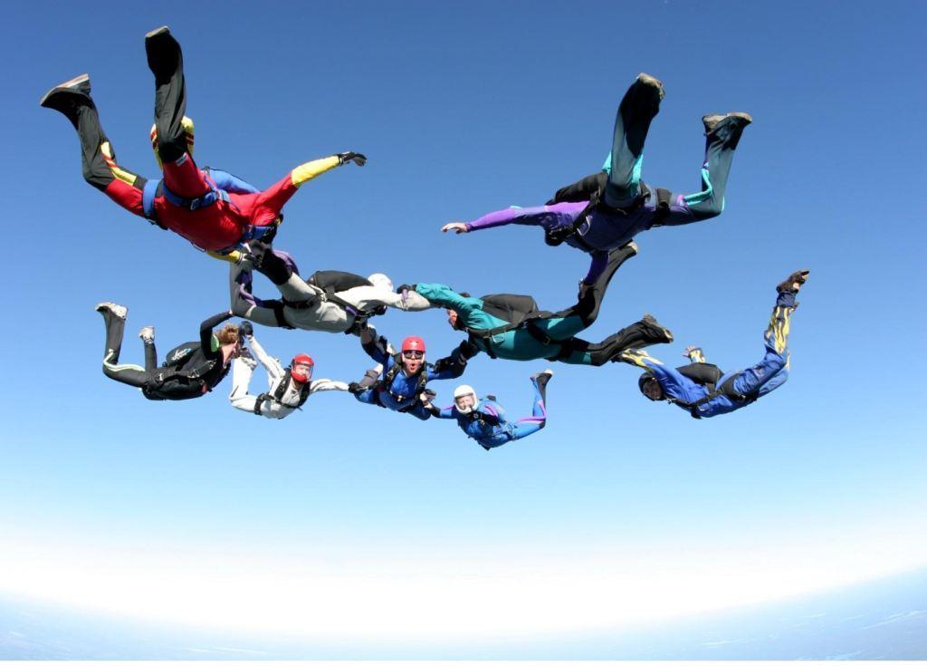 Wingsuit letaci prave akrobacije u slobodnom padu