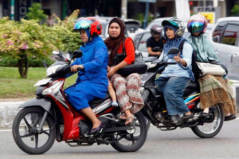 Zene na motoru u provinciji Aceh u Indoneziji