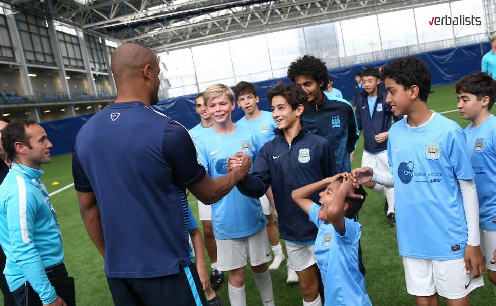 Kapiten Vincent Kompany sa polaznicima škole fudbala